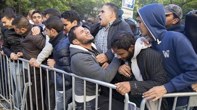 Refugiados esperan para registrarse y lograr un alojamiento a las puertas de la Oficina de Sanidad y Asuntos Sociales en Berlín