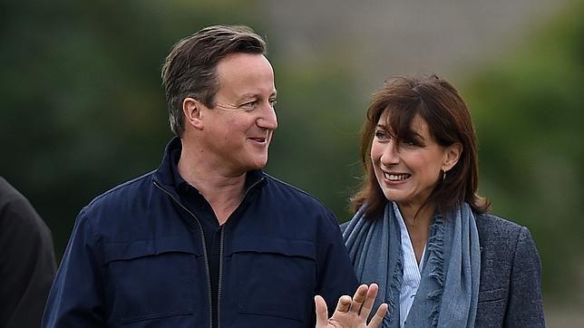 David Cameron junto a su esposa en Chadlington
