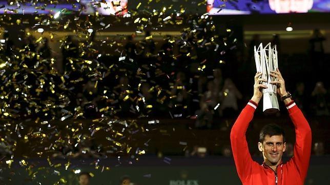 Novak Djokovic, con su trofeo de campeón
