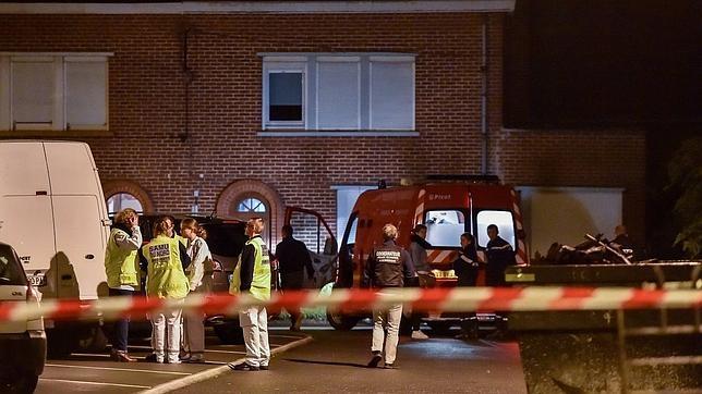 Los servicios de emergencia acordonan el domicilio donde se han encontrado los cuerpos, en Lille