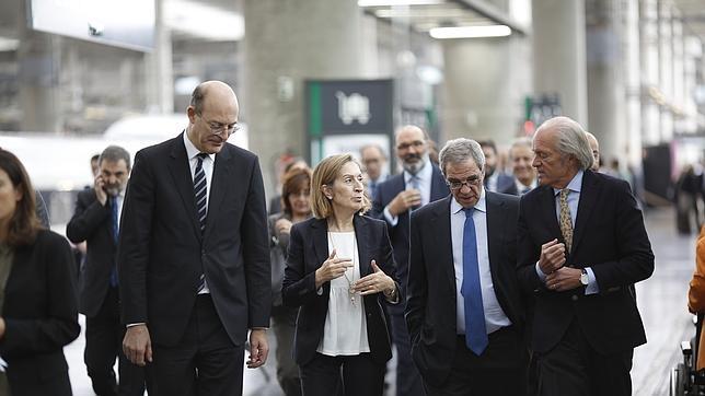 La ministra de Fomento presenta la red wifi del AVE junto al presidente de Renfe y César Alierta