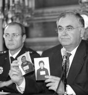 Juan Cotino muestra las fotografías de los dos detenidos. Elena Carreras