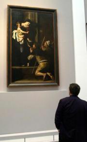 Un visitante admira «La Madonna de Loreto», de Caravaggio. Epa