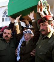 Yaser Arafat, ayer en Gaza, en el entierro de Hisham Mikki, director de la Televisión Palestina abatido el miércoles por extremistas palestinos. Reuters