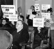Los vecinos se manifestaban ayer en silencio durante el pleno municipal. Pau Bellido