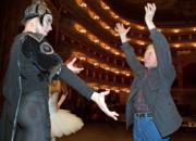 Yuri Grigorovich (a la derecha) da instrucciones a uno de los bailarines durante uno de los ensayos de «El lago de los cisnes». Epa