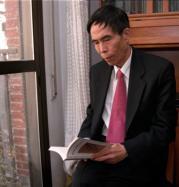 Chen Guojian ojea un libro en su domicilio de Madrid. Julián de Domingo