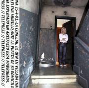 La concejal de UPN en Villava, ante la puerta de su domicilio tras la explosión. Telepress