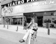 La actriz ante la fachada del Teatro Príncipe de Madrid, cuyo escenario abandonará en unos días para salir de gira por otras ciudades españolas