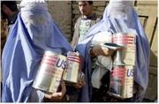 Mujeres afganas portaban hoy bidones de aceite para cocinar proporcionados por la ayuda norteamericana. Foto: Epa