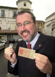 El alcalde de Vélez Málaga,  Antonio Souvirón, muestra ejemplares de «axarcos» en moneda y billete.J. A. Berrocal