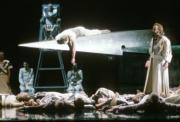 Primer acto de «Parsifal», en la escena final con el grial. De pie John Tomlinson como Amfortas. Monika Rittershaus