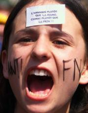 «El timo antes que el odio, Chirac antes que Le Pen», reza la pegatina que luce una de las miles de personas que ayer se echaron a las calles en Francia.Reuters