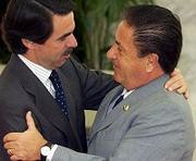En el abrazo de Aznar a Eduardo Duhalde se simboliza el apoyo reiterado ayer por el presidente del Gobierno español a Argentina