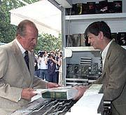 Don Juan Carlos en una de las casetas de la Feria del Libro