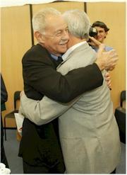 Eduardo Mendoza abraza a Mario Vargas Llosa