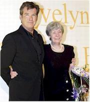 Pierce Brosnam, acompañado de su madre