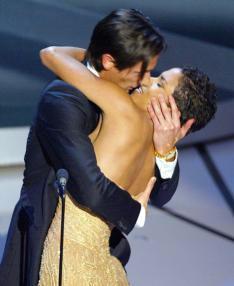 AFPUn beso de película, el que se dieron el pianista y la chica OO7