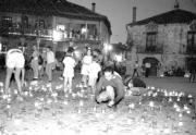 La colaboración de las personas que acuden a Pedraza para iluminar con velas la villa es otro de los atractivos de los conciertos en esta localidad segoviana. ABC