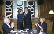 Ruiz-Gallardón felicita a Pilar del Castillo tras su intervención, en presencia de Antonio Mingote y Catalina Luca de Tena