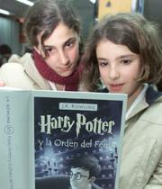 «Harry Potter y la Orden del Fénix» se vendía ayer en algunas librerías madrileñas; en el almacén todo era mutismo sobre el libro. FOTOS: MIGUEL BERROCAL Y DANIEL G. LÓPEZ