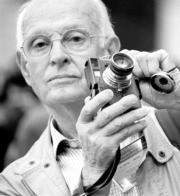 Henri Cartier-Bresson, capturado antes de realizar una fotografía con su inseparable Leica II