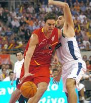 Pau Gasol frente al griego Dimosthenis Dikoudis. Epa