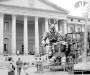 Los turistas se fotografían junto a los decorados de «Aida» e «Il Trovatore» en el mismo paseo