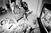 Madre e hija atienden encerradas en casa el discurso televisado de Fidel Castro sobre las medidas para afrontar el huracán Iván. AP