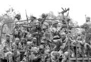 Tropas marfileñas regresan del frente de Yamusukro tras enfrentarse supuestamente a una ofensiva rebelde. REUTERS