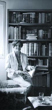 La escritora en la biblioteca de su casa