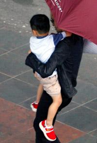 Angelina sostiene en sus brazos a su nuevo hijo, Pax