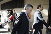 EFE  Juan Antonio Roca, el ex asesor de Urbanismo del Ayuntamiento marbellí, junto a su abogado, ayer a la entrada de la Audiencia Nacional