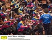 ABC  La Joven Orquesta Simón Bolívar de Venezuela, dirigida por Dudamel, durante un concierto