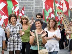 La alcaldesa de Mondragón, Inocencia Galparsoro (ANV), aplaudida hace pocos días por algunos de sus vecinos después de ser excarcelada tras pago de una fianza. /EFE