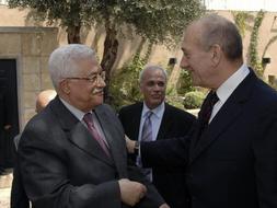 Olmert (derecha) y Abbas se saludan, justo antes del encuentro de hoy. /REUTERS