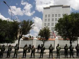 Policías antidisturbios bolivianos delante de la embajada estadounidense en la capital boliviana, La Paz. /REUTERS