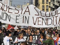 Multitudinaria manifestación de los padres por las calles milanesas, en contra de la política educativa del Ejecutivo de Berlusconi. /AFP