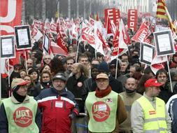 """Unas 35.000 personas se han manifestado en Zaragoza con el lema """"Ante la crisis: Empleo y protección social"""". / Efe"""