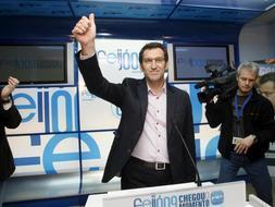 El próximo presidente de la Xunta de Galicia, Alberto Núñez Feijoo, eufórico con el resultado. / Efe