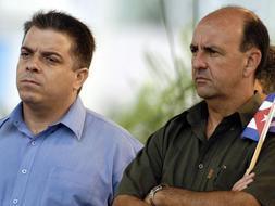 Fotografía de archivo del 20 de mayo de 2005 que muestra al vicepresidente cubano Carlos Lage (d) y al canciller Feipe Pérez Roque (i) durante un acto político en La Habana (Cuba). / Efe