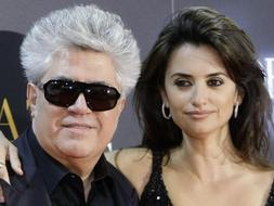 El director manchego junto a Penélope Cruz, en el estreno de la película./ Efe