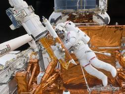 El astronauta Massimino trabaja en el Hubble. /Ap