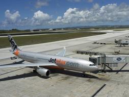 El Airbus A330-220 de la compañía Jetstar, filial de Qantas Airways, que ha tenido que aterrizar de emergencia en la isla de Guam después de que se produjese un incendio en la cabina del piloto, lo que ha impedido cubrir el trayecto completo entre Japón y Australia. / Ap