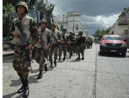 Zelaya mantiene su consulta y planta cara a la oposición y al Ejército