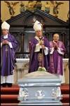 El arzobispo de La Habana, Cardenal Jaime Ortega, oficia la misa durante el funeral del sacerdote español Mariano Arroyo, hoy, 17 de julio de 2009, en la Catedral de la capital cubana / EFE