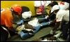 Personal sanitario ayuda a un hombre herido en un hospital de Jimaní, en la frontera dominicana / EFE