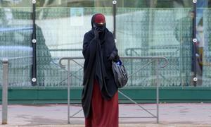 Niegan la nacionalidad francesa a un hombre por imponer a su esposa el velo integral