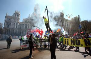 ÓSCAR DEL POZO  Dos figuras de la muerte con guadañas y un agente colgado abrieron, ayer, la marcha festiva