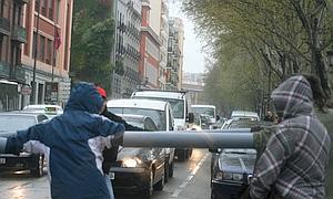 Jóvenes anti-bolonia bloquean el tráfico en el paseo del Prado